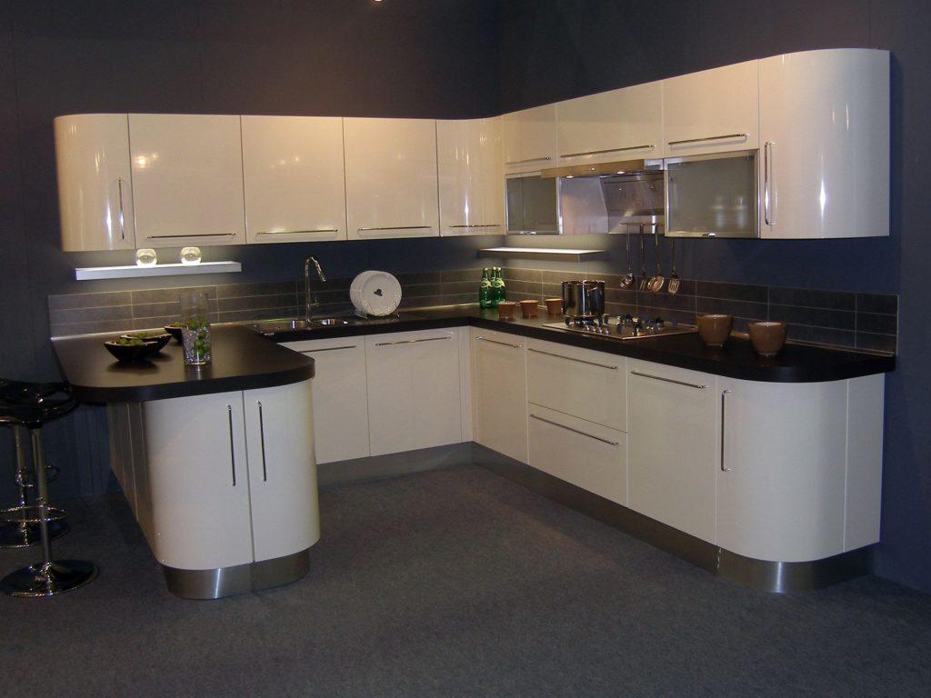 Фото кухни с радиусным фасадом
