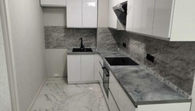 Стильная кухня в бело-серых тонах