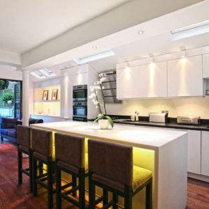 Преимущества кухонь под потолок