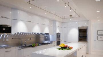 Белая кухня до потолка