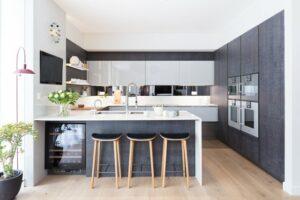 Матовая серая кухня под потолок