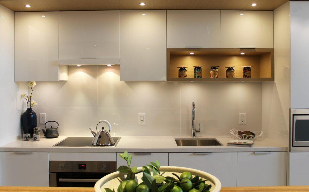 Белая кухня с акриловым фасадом